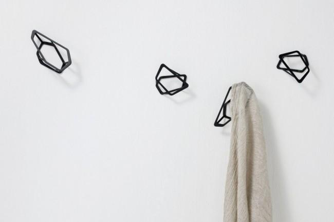 Пластиковые настенные вешалки для прихожей просты в употреблении, не требуют особого ухода и отличаются невысокой ценой