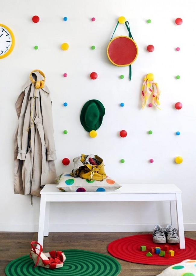 Настенная вешалка с крючками на разном уровне научит вашего малыша самостоятельности и дисциплине