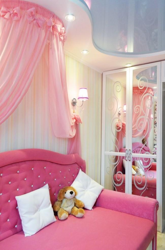 Нежно-голубой потолок удивительно гармонирует с нежно-розовым цветом в оформлении комнаты