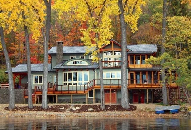 Просторный загородный дом на берегу озера