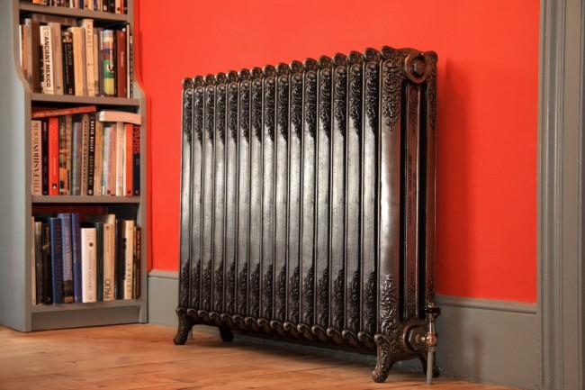 Чугунный радиатор отопления с фигурным литьем и на нжках
