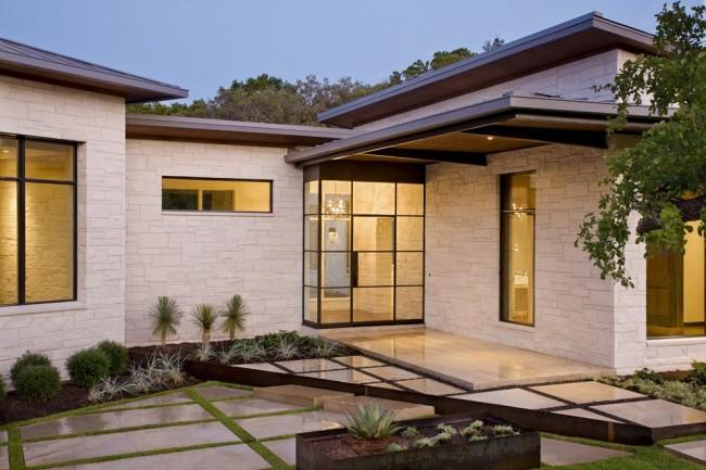 Отделка дома сайдингом под камень делает фасад дома привлекательным и красивым, в то же время он недорогой и долговечный