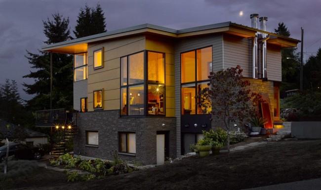 Красивый современный дом с отделкой цокольным сайдингом