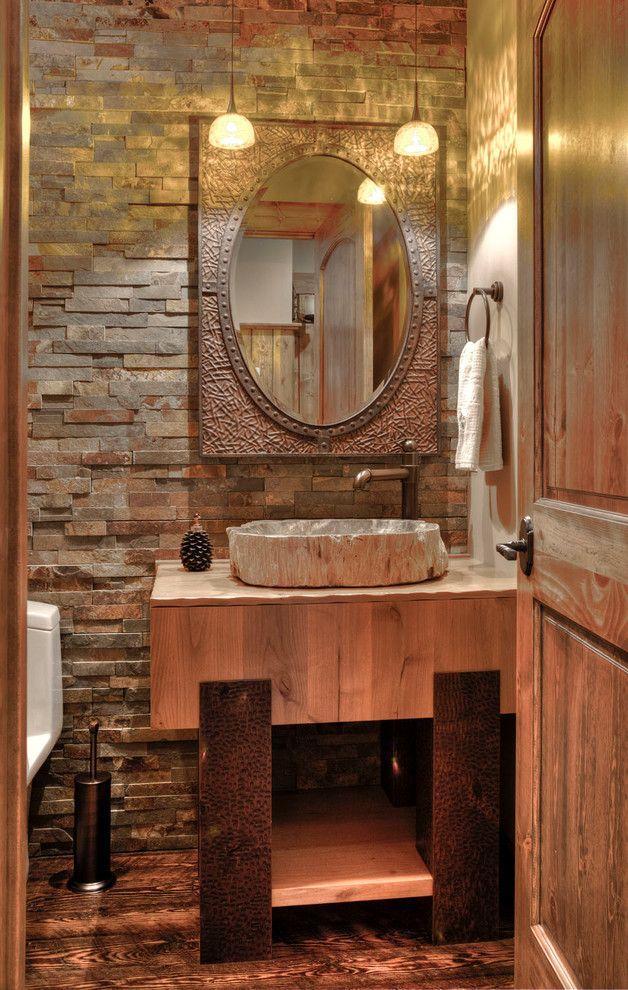 Интересный интерьер туалета с отделкой сайдингом под камень