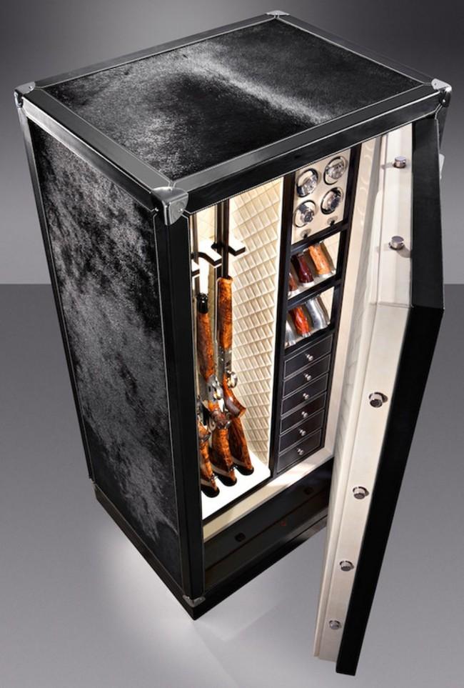 Роскошный оружейный сейф, обтянутый шкурой животных