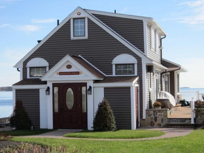 Сайдинг легко и гармонично вписывается в дизайн дома, независимо от того, используется он для полной или частичной облицовки