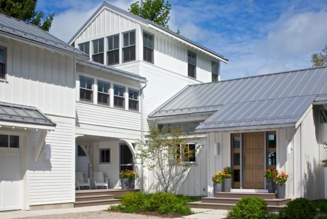 Наружный дизайн дома намного улучшился после отделки виниловым сайдингом
