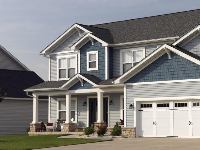 Дизайн дома из сайдинга может быть выполнен из самых разных комбинаций цветов и фактур материала