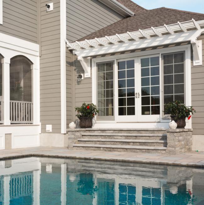 Белоснежное обрамление угловых частей дома позволяют придать зданию законченный и аккуратный вид