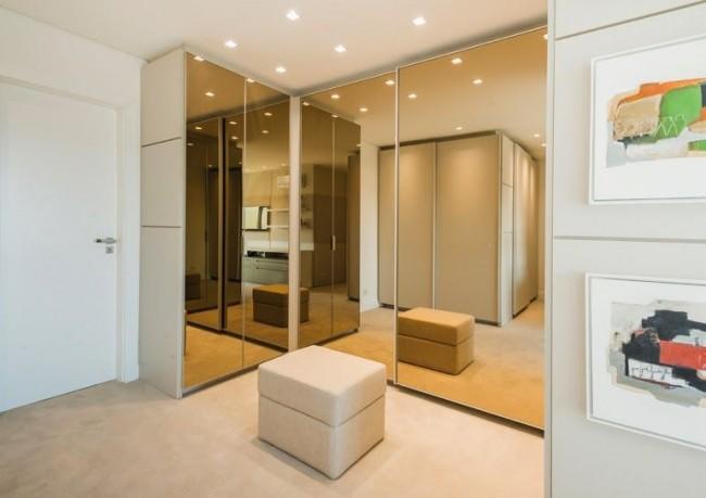 Расположенный в углу шкаф зрительно очень увеличивает пространство за счет зеркальных фасадов