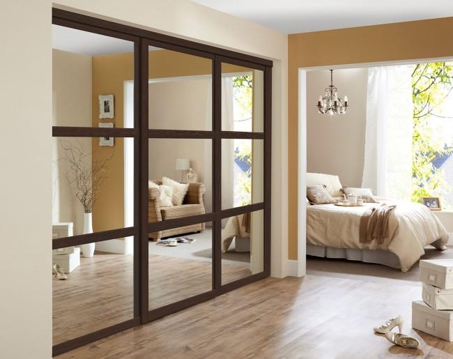 """Встроенный шкаф не только """"прячется"""" в нише, но и за счет зеркальных дверей визуально расширяет пространство"""