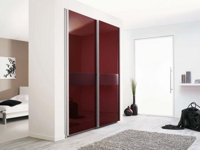 Практичный вариант два в одном: стена не только служит для зонирования пространства, но еще и вмещает в себя просторный встроенный шкаф