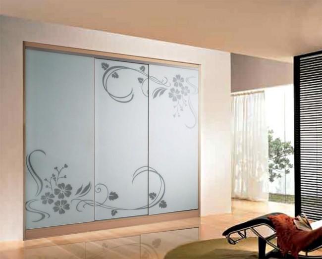 Нежный рисунок на фасаде шкафа придаст ноту романтичности всему интерьеру