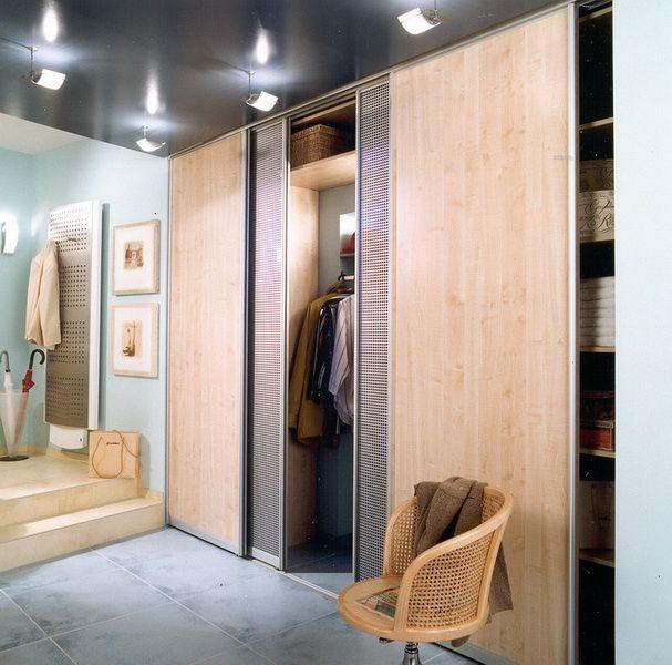 Фасад шкафа может быть выполнен из совершенно разнообразных материалов, а иногда и сочетать их