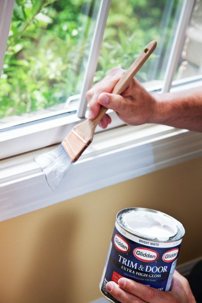 Чем вывести плесень на стенах в квартире. Если у вас есть деревянные окна, двери, откосы - периодически проверяйте целостность их покрытия. При необходимости покрывайте их свежим слоем краски