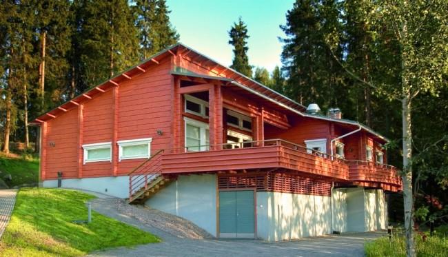 Деревянные дома из профилированного бруса. Дома из бруса обязательно обрабатываются пропитками, защищающими от гниения и насекомых-древоточцев. Дополнительно защитить от этого, кроме прозрачного лака, может и цветное покрытие краской