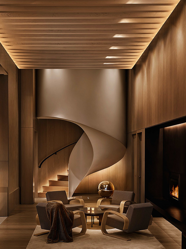 Винтовая лестница закрытого типа - это самый безопасный вариант. Материалы: дерево и бетон