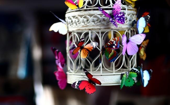 Как избавиться от мух в доме. Вас раздражает неэстетичный вид приманок для мух? Поставьте их внутрь большого подсвечника или кованого фонарика и украсьте яркими бумажными или пластиковыми бабочками