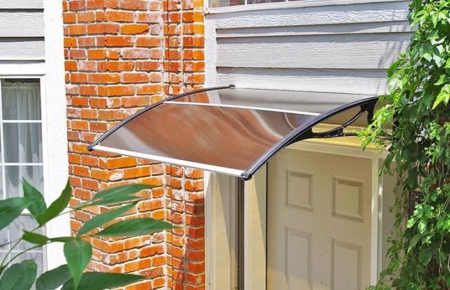 Козырьки из поликарбоната над крыльцом. Облегченная конструкция козырька ддя узкого входа в дом со стандартной шириной двери