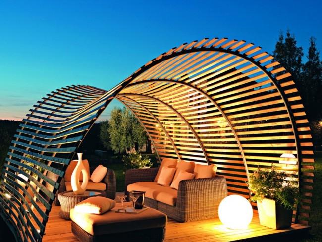 Авангардные конструкции без кровли и стен не слишком защитят от солнца, но украсят современный дизайн вашего участка неповторимо. Такой вид беседок предназначен только для декора и создания зоны приватности внутри участка