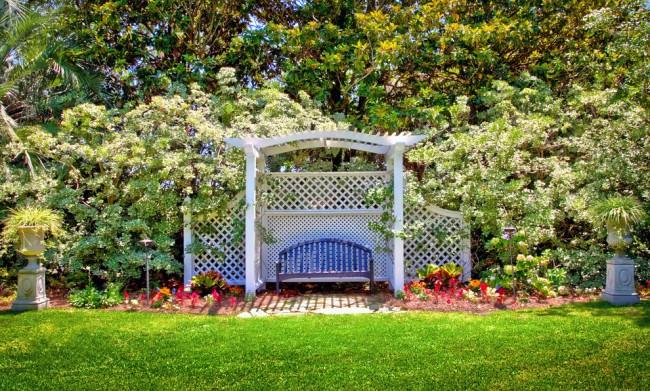 Воздушно и романтично в летнем саду смотрятся плетеные конструкции