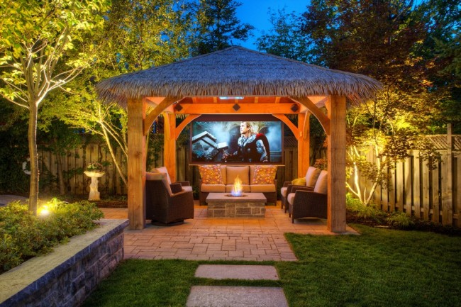 Кровля может быть выполнена основательно, но имитация соломенной крыши поможет придать вашему участку стиль тропического патио