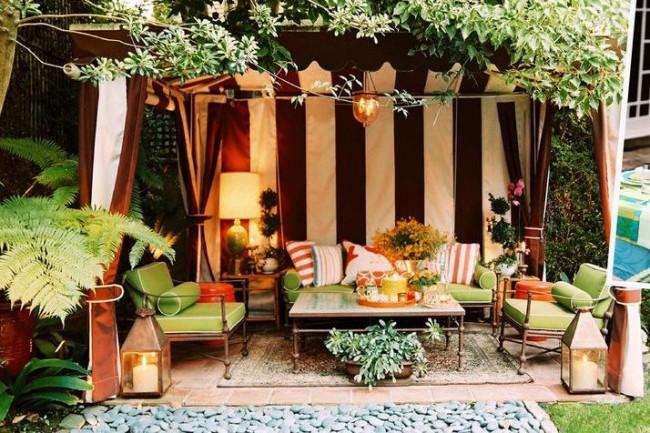 Беседка-тканевый шатер гармонично продолжит экстерьер дома с маркизами