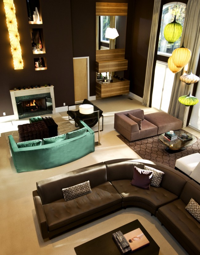 Элегантный цвет черного кофе на стенах просторной гостиной с высоким потолком