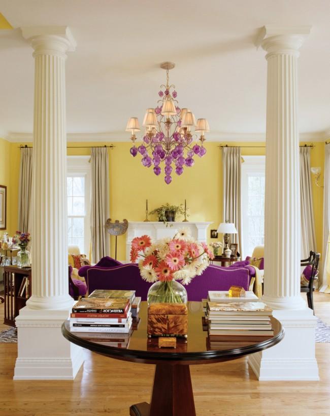 Приглушенный, но очень жизнерадостный и позитивный желтый цвет в классической гостиной