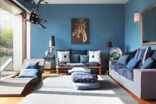 Приглушенный матовый синий цвет стен гостиной