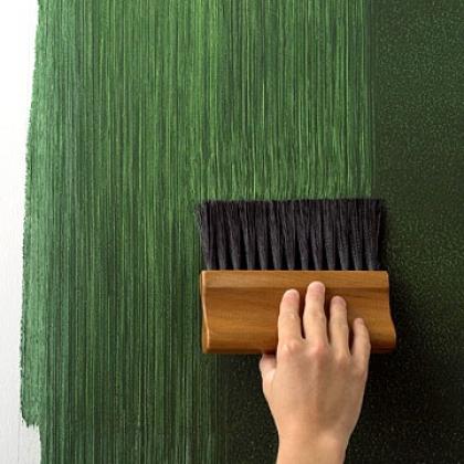 Краска для стен в квартире. Вертикальные полосы на свежеокрашенном участке стены с помощью жесткой кисти