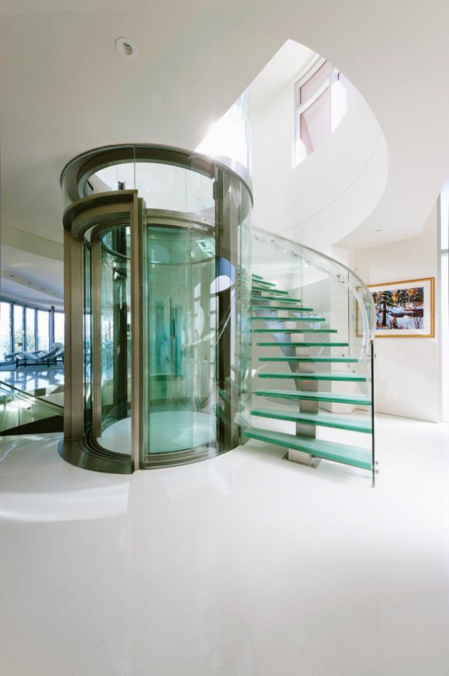 Стеклянная лестница - оптимальное решение для минималистичного интерьера