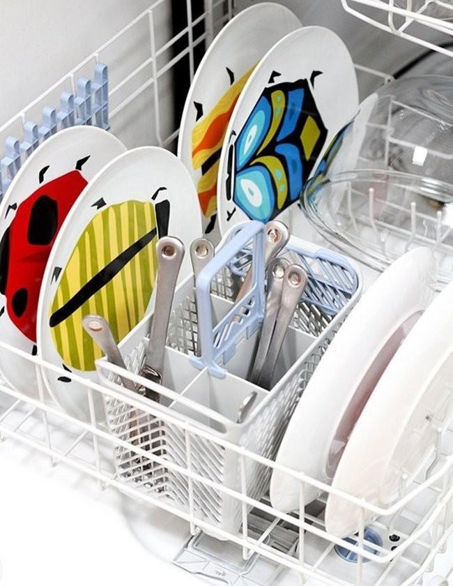 Рейтинг встроенных посудомоечных машин 45 см. Ставьте столовые приборы ручками вверх: так вы точно не оцарапаетесь о них, и гигиеничнее будет не прикасаться к рабочей части, а только к их ручкам. Сверкающей вам посуды без всякого труда!