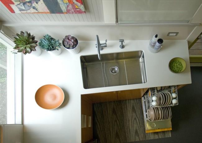 Рейтинг встроенных посудомоечных машин 45 см. Обычно посудомоечную машину встраивают рядом с мойкой и сифон для слива воды у них общий. Нагревает воду для мытья машина самостоятельно (так же, как и ваша стиральная машина), но можно и экономить на электричестве с машиной, которая подключается к холодной и горячей воде