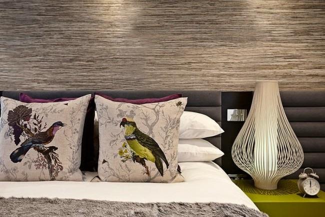Сизые фактурные натуральные обои в изголовье кровати в спальне