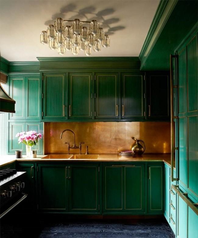 Потрясающий ансамбль из темно-зеленых фасадов мебели и медного фартука