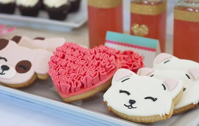 С помощью специальных формочек и продуктов, можно в домашних условиях изготовить интересное печенье на праздничный стол