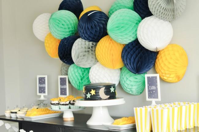 Яркий акцент на стене с помощью массивных гирлянд в виде шаров придаст украшению комнаты запоминающеюся оригинальность