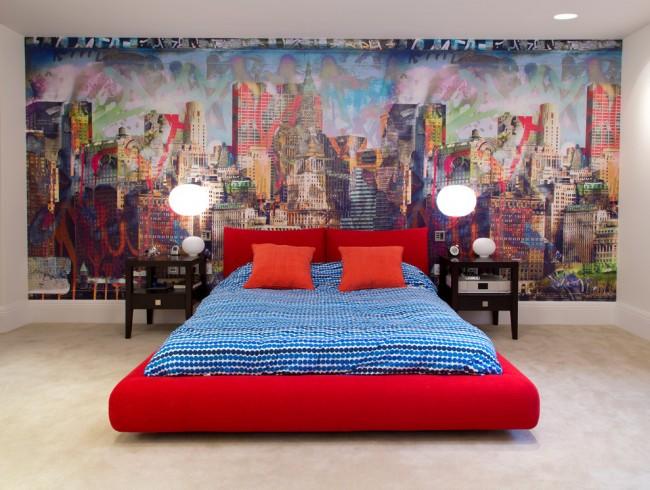 Роспись на стене и оригинальная яркая кровать