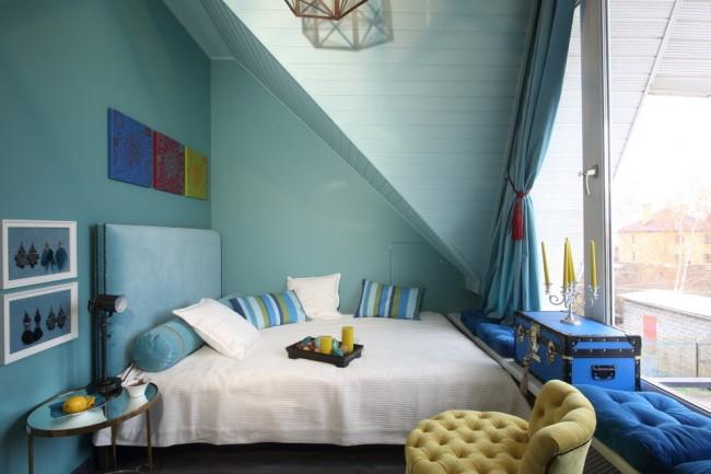 Угловая кровать в спальне чердаке.