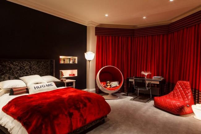 Красивая яркая спальня с необычной мебелью, в теплых тонах