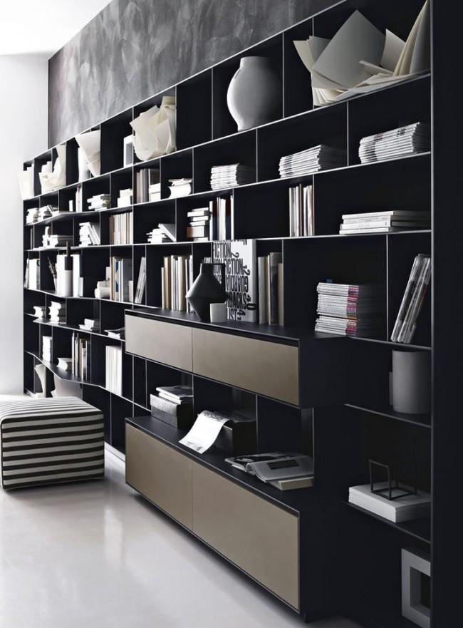 Книжные шкафы во всю стену способны сделать из комнаты полноценную библиотеку, к тому же смотрятся они очень эффектно