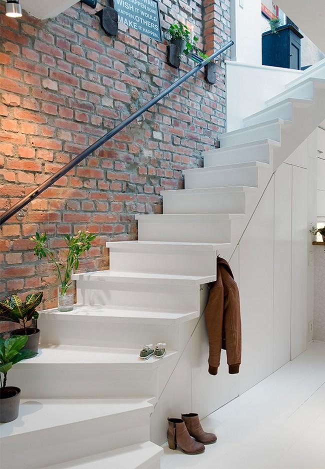 Лестница на второй этаж. Перила: при достаточной ширине ступеней и небольшой высоте лестницы можно обойтись и без них, это сделает всю конструкцию визуально легче. Еще один из вариантов - перило-поручень только со стороны стены
