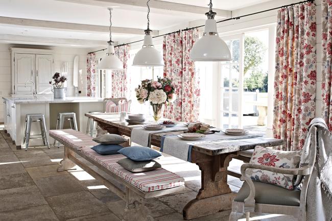 Такой цвет штор и оформление кухни располагают на отдых