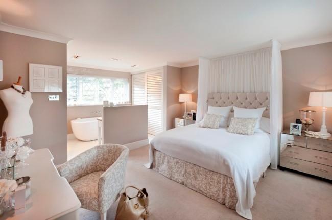Классическая спальня в белых тонах.