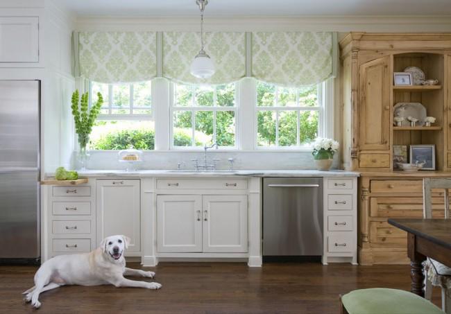 Ненавязчивые шторы подходят как под кухню, так и под вид за окном
