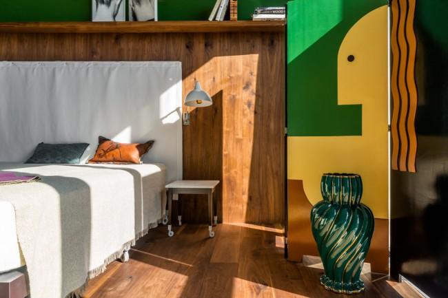 Для больших поклонников этнического стиля - яркий строгий вариант оформления спальни.