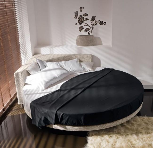 круглая кровать - всегда необычно.