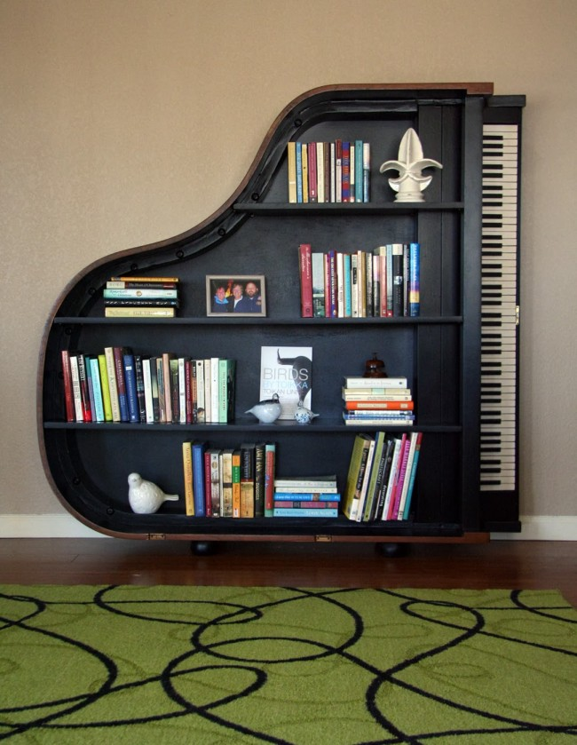 Книжные полки можно украшать личными вещами, различными сувенирами и аксессуарами