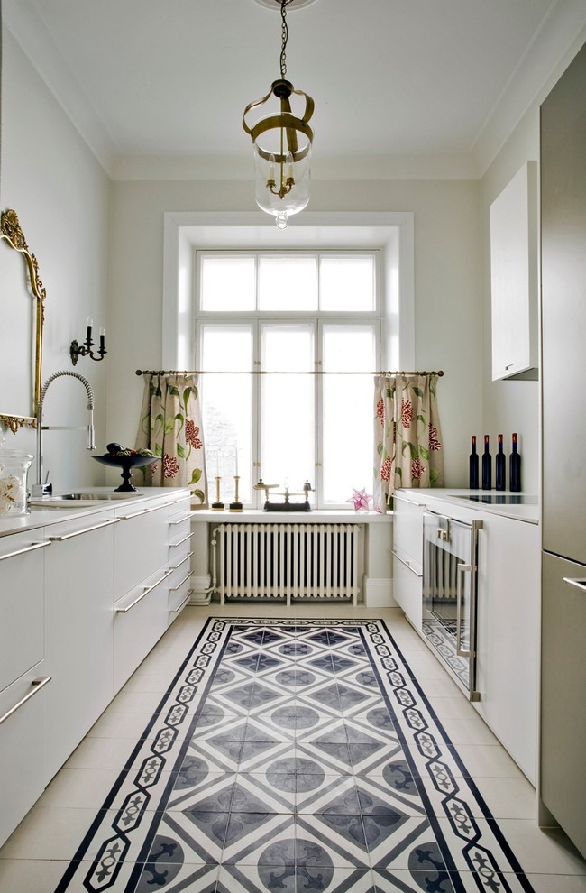 Уютная маленькая кухня с короткими шторами на люверсах